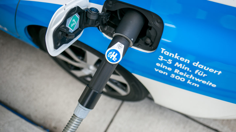 Wasserstofffahrzeug während des Tankvorgangs