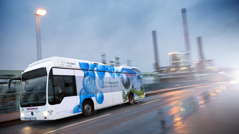 Wasserstoffbus während der Fahrt