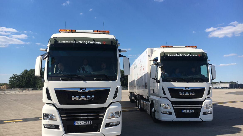 Zwei Lkw mit alternativen Antrieben
