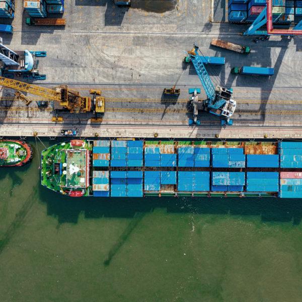 Containerschiff aus der Vogelperspektive